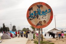 ehemaliges Straßenschild im Flüchtlingslager Idomeni