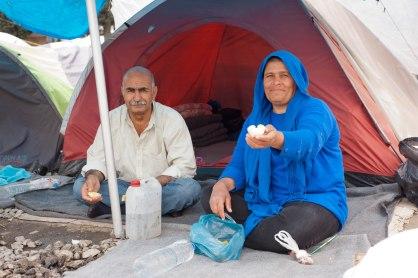 Eine syrische Frau bietet mir im Flüchtlingslager Idomeni eine Orange an