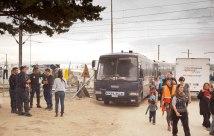 Polizeibusse im Flüchtlingslager Idomeni
