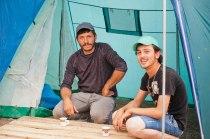 Männer im Flüchtlingslager Idomeni, vor einem Zelt