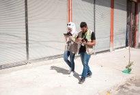 Leen (l.) und Omar im Stadtteil Domlopinar