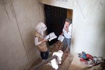Leen während der Registrierung einer im Keller lebenden Familie.
