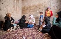 Aya registriert eine syrischer Familie die in einem Rohbau lebt.