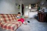 Syrischer Junge in Garagenwohnung.