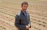 Daud (40) auf seinem Feld.