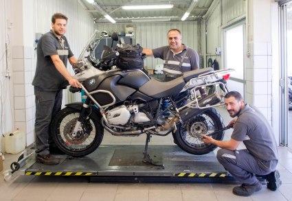 Neue Reifen, neue Bremsbeläge. Ömür, Fuat und Ilhan (v.l.), von BMW Adana, haben sich bestens um meine Lady gekümmert. Danke!
