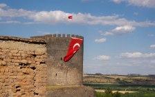 Wehrturm in Diyarbakir mit demonstrativer türkischer Flagge.