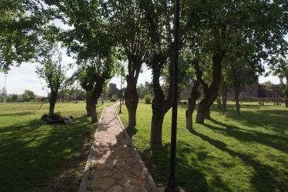 Park hinter der historischen Stadtmauer in Diyarbakir.