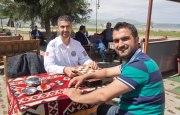 Mit Krankenpfleger Hasan (l) und seinem Kollegen in Tatvan