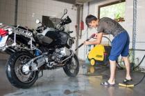 Dastan kümmert sich ums Kärchern meines Mopeds.