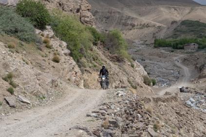 Einer der russischen Motorrad-Fahrer beim Yamchun Fort in Ishkashim / Vichkut