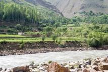 Auf dem Weg nach Chorug. Auf der anderen Flußseite liegt Afghanistan zum Greifen nahe.