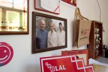 Der Aga Khan mit Sohn und Tochter auf einem Bild im Hotel