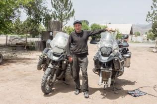 Azkhar (22) vor seiner Reifenwerkstatt