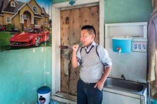 Der 11jährige Sohn der Familie in Nomrog morgens vor der Schule