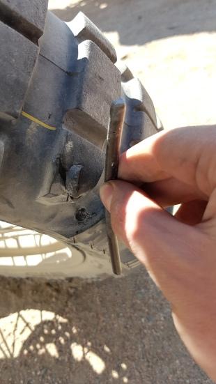Metallteil in Mischas Reifen