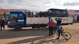Mischa smat Motorrad auf dem Truck, bzw. im Jeep
