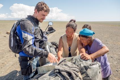 Einheimische helfen uns am Chjargas-Nuur-See den Weg zu finden