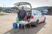 Rentner der selbsgemachten Käse verkauft