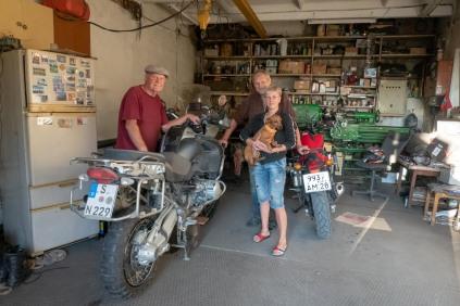 Jekaterinoslawka. Im Bild: Vitya, sein Vater, seine Frau Olga und der Hund