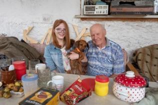 Jekaterinoslawka. Im Bild: Vityas Tochter Lena mit ihrem Großvater