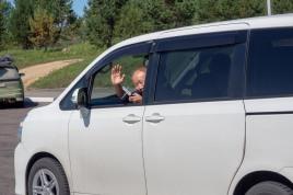 On the road. Moskau - Wladiwostok Monument, eine Gruppe Chinesen interessiert sich für mich